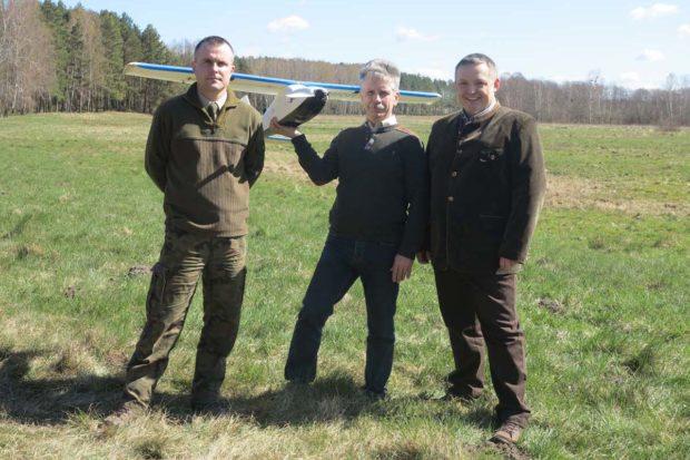 Dron Topcon Sirius-Pro został bezpłatnie użyczony do przeprowadzenia nalotów. Na zdjęciu w środku Robert Kamieniarz, po jego prawej stronie Wojciech Gdaniec, a po lewej Paweł Strzeliński, którzy przeprowadzali prace w terenie