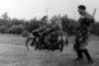 Edward Gwóźdź wraz z żoną Sabiną odjeżdżają z łowiska motocyklem WFM z upolowanymi kaczkami. Żegna ich wesoło Leopold Jarosz, znakomity strzelec, kierownik strzelnicy w Nowosolnej; lata 60. ubiegłego wieku
