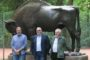Rosjanie zobaczyli pomnik żubra, upamiętniający polowanie cara Aleksandra II w 1860 roku. Gości oprowadzał Michał Słoniewski (pośrodku), wspaniały gawędziarz i znawca historii Spały